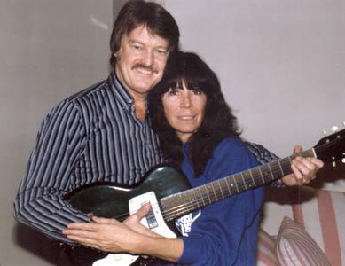 Sharon Sheeley en los años 90, junto a Alan Clark acariciando la guitarra de Ritchie Valens